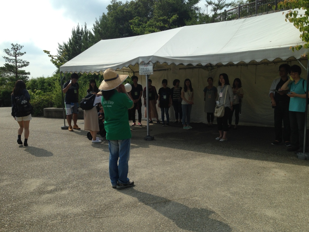 The guide gave a brief explanation to the visitors (in Japanese)